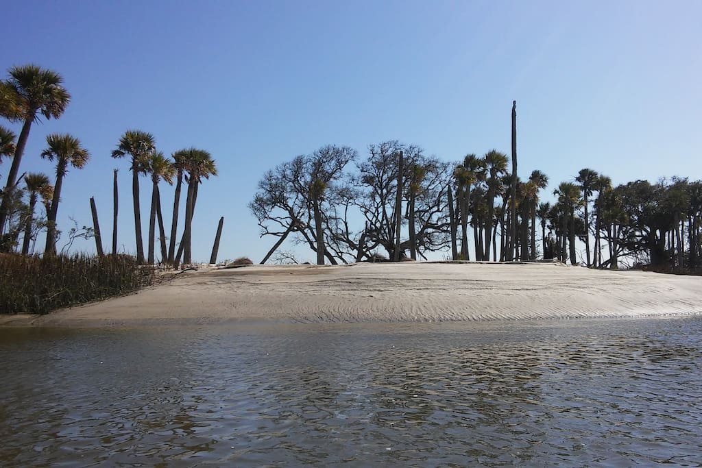 Minutes from Hunting Island State Park Beach and Bike trails. 5miles from house.