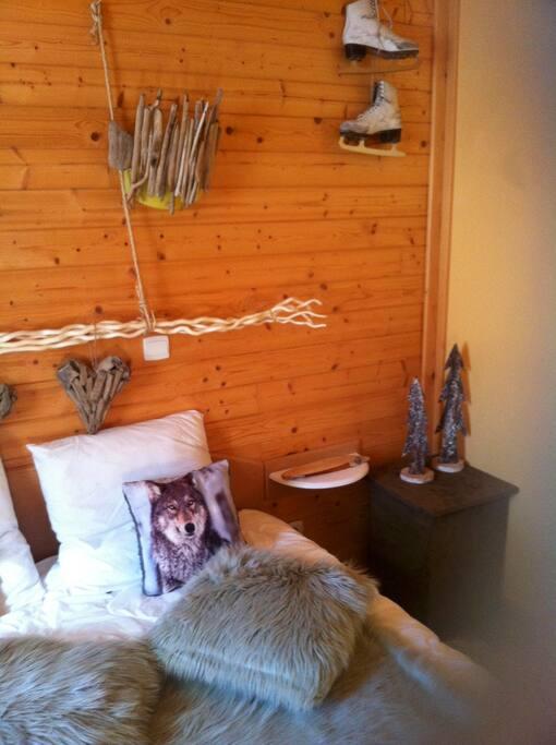 Chalet en bois cosy d co vintage montagne chalets te huur in ignaux languedoc roussillon midi for Deco slaapkamer chalet