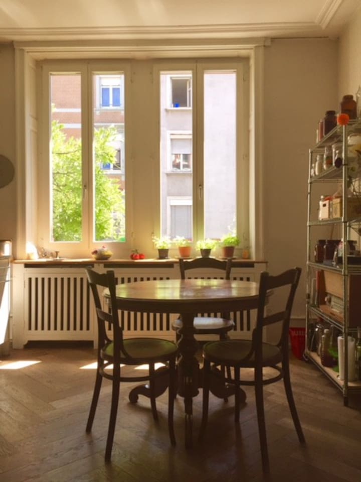The flat has a bright, eat-in kitchen with all amenities