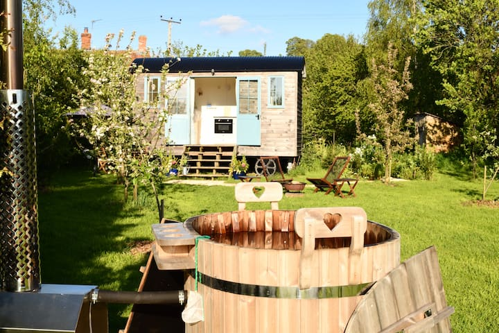 Luxury Romantic Shepherds Hut & Wood-fired Hot Tub