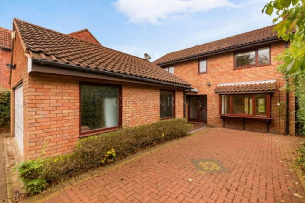 Detached house, double garage, private drive way. Parking is free on the road.
