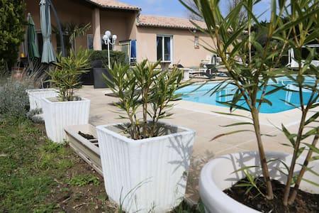 Chambre privée 2 lits dans villa avec piscine. - Tolosa - Casa