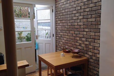 Comfortable double room close to city centre. - Dublin - Townhouse
