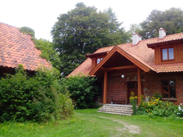 Domek wśród łąk