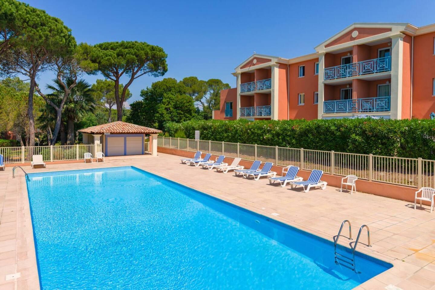 Appartement face à la piscine