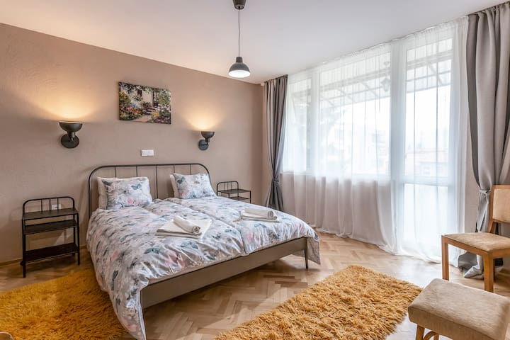 Master bedroom - 17 m2. Wardrobe, room available to lock, terrace/balcony with view to the high street, triple glazed windows and blackout curtains. 2 pillows per person.