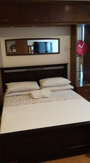 bedroom-1 queen size bed