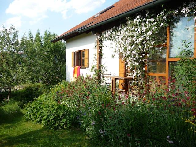 Schönes Zimmer in  Voralpenlage - Bad Grönenbach - บ้าน