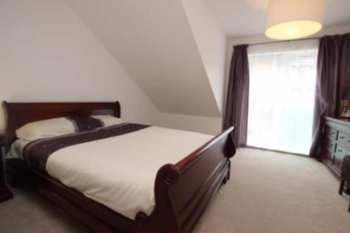Large double room -walk-in ensuit free parking, TV