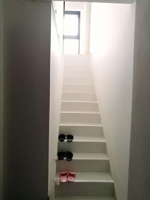 一楼通往二楼的室内楼梯