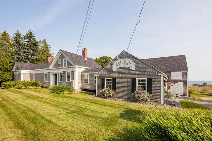 Enjoy a 200 year old updated home by the sea... - Lincolnville - Rumah