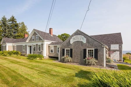 Enjoy a 200 year old updated home by the sea... - Lincolnville - Huis