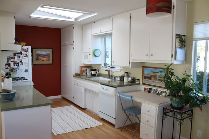 Fully equipped kitchen with skylight for optimum brightness