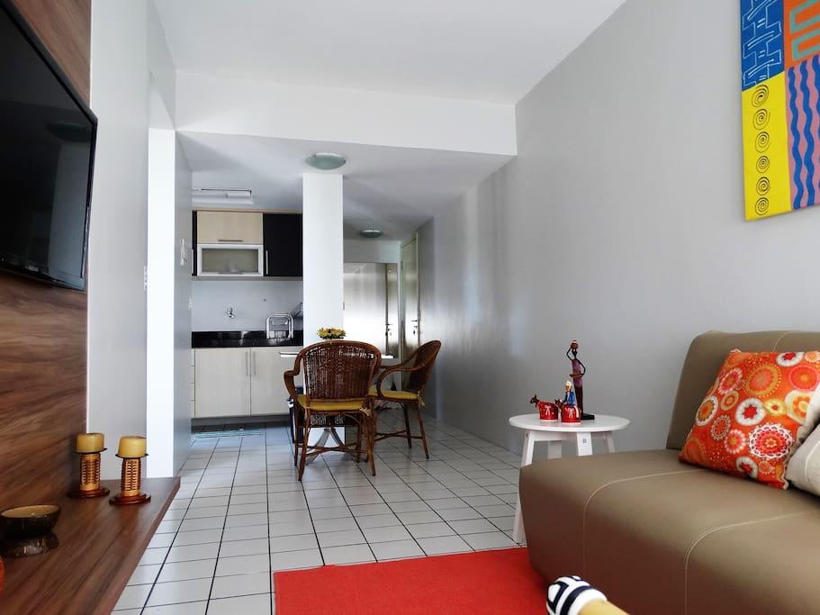 Sala com Sofá-Cama, TV Tela Plana, Estar e Mesa. WiFi em todo ambiente.