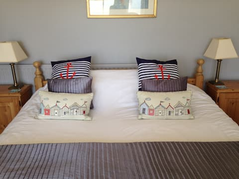 Super King bed in Private House walk to Southwold