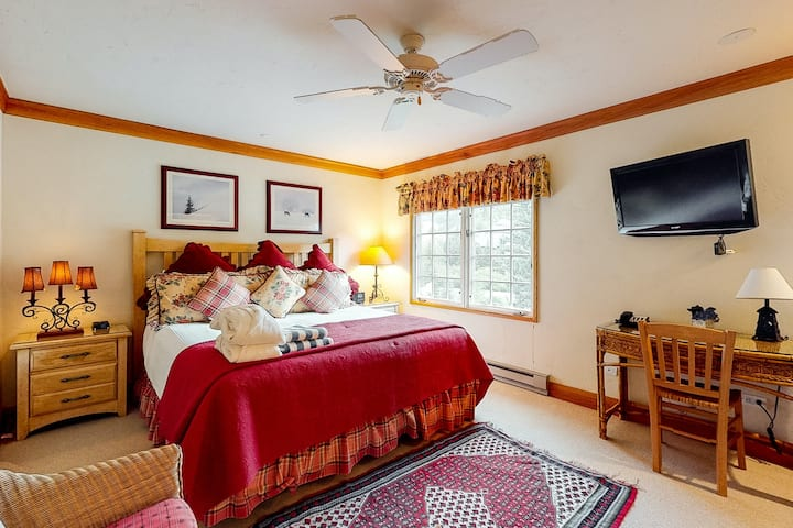 Hotel-style mountain studio w/ WiFi & shared pool, hot tub, concierge, laundry!