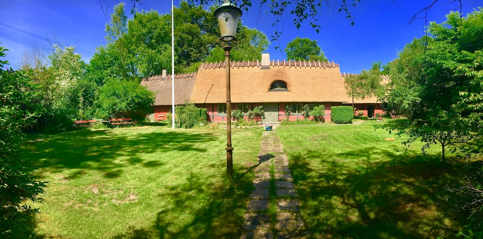 300 år gammelt bindingsværkshus med stråtag