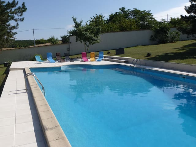 Country cottage sleeping 10 with shared pool - Torxé - Apartmen