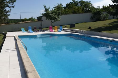 Country cottage sleeping 10 with shared pool - Daire