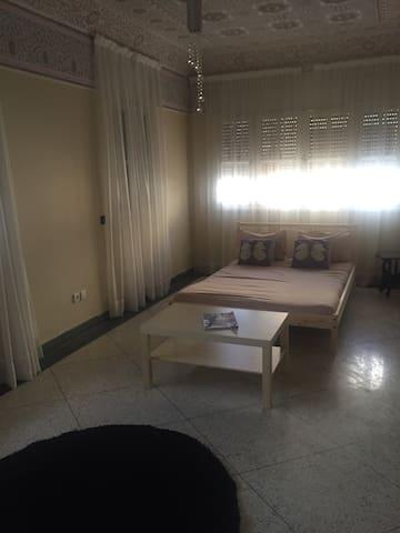 Jolie chambre très propre dans une Villa, calme