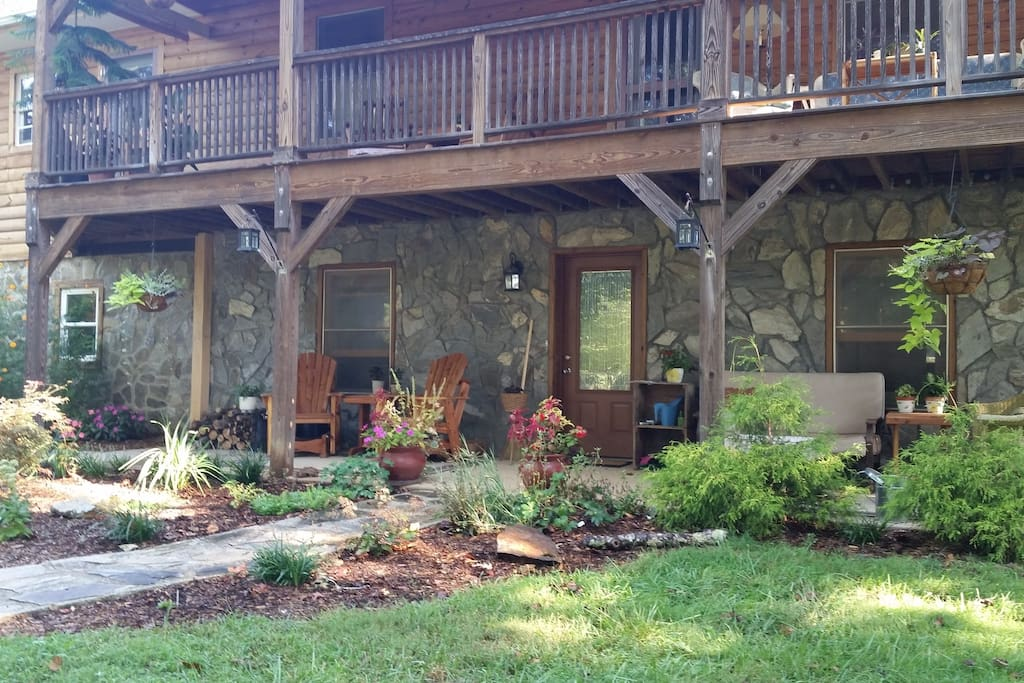 Ground floor apartment feels like a cabin in the woods.  Great front porch with views of the pasture next door.