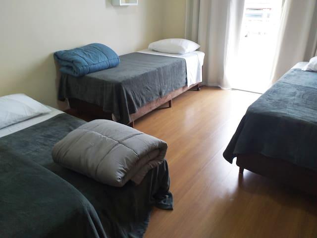 Quarto 2, com 4 camas solteiro - casa sabiá