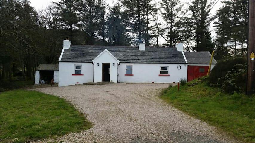 Mick's Cottage, Wild Atlantic Way - Carrownamaddy - Hus