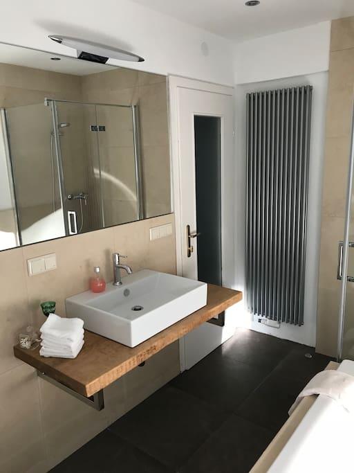 NEU!!!! Badezimmer mit Dusche und Badewanne