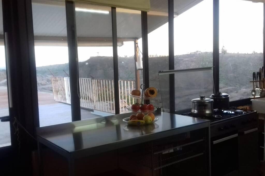 cocina completa,  luminosa, con vistas!.