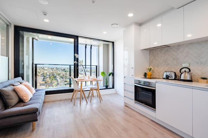 Stylish Luxury Penthouse Apartment with Pool & Gym