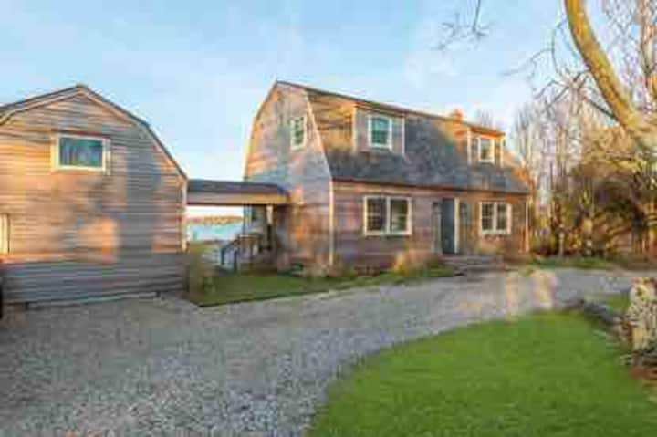 Montauk Lake cottage walking distance to the beach