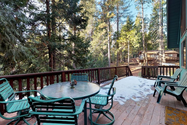 Dog-friendly woodland cabin w/ large deck & gas fireplace