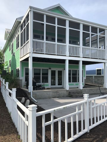Beautiful Beachwalk Home right on Lake Kai