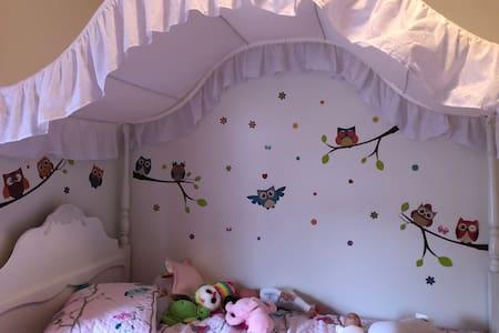 Belle petite chambre lumineuse