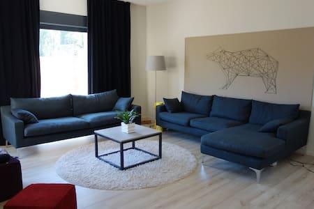 Chambre spacieuse, Maison contemporaine à Balma - Huis