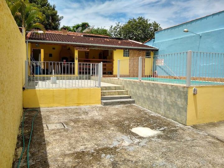 Casa aconchegante, com piscina.