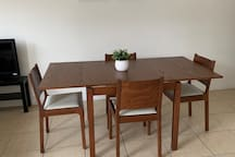 Extendable dining table, more space.  可延伸餐桌,更多空间