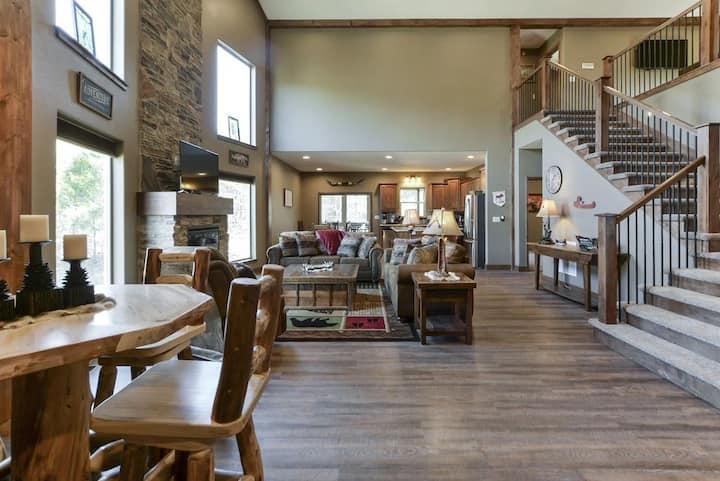 Rustic Retreat Lodge.  Pool, HOT TUB, game room.