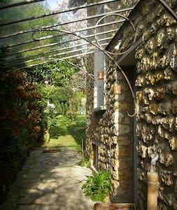 Chambre dans maison avec jardin  - Hus