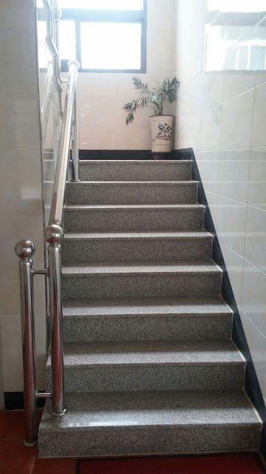 2층으로 올라가는 복도입니다