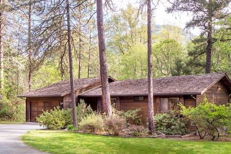 3BD House on the Rogue River - Grants Pass