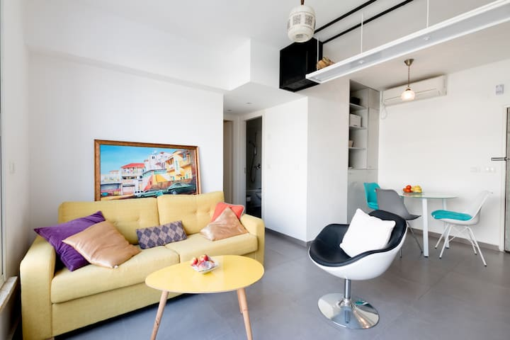 Colorful, Spacious 2 BR, Levinsky Market