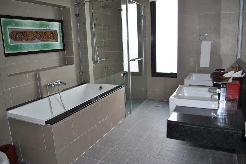 Stort dejligt badeværelse