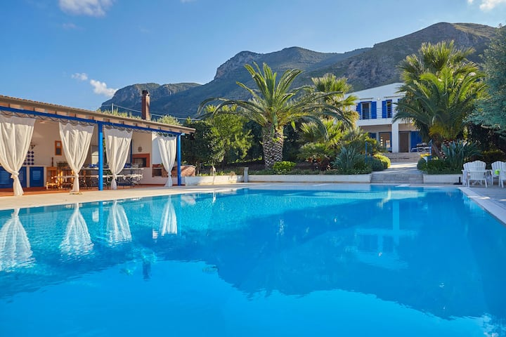 Casa Blu with pool. Paradise between sky and sea