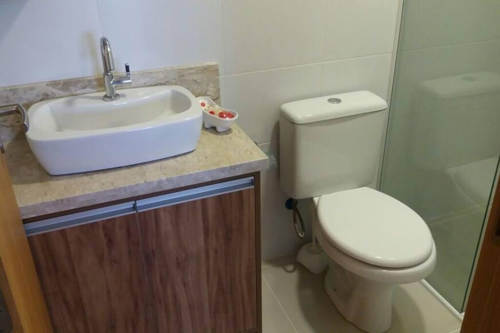 Banheiro privativo da suíte, com água quente. Toalhas, sabonete e papel higiênico incluso!