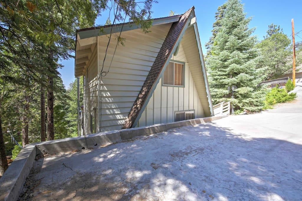 Your vintage Lake Arrowhead cabin awaits!
