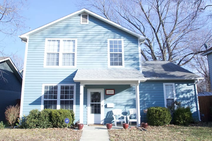 Private 4 BR Charming Home Close to Downtown & KU
