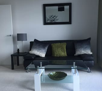 Central Apartment with Gated Parking - Bedford - Apartment