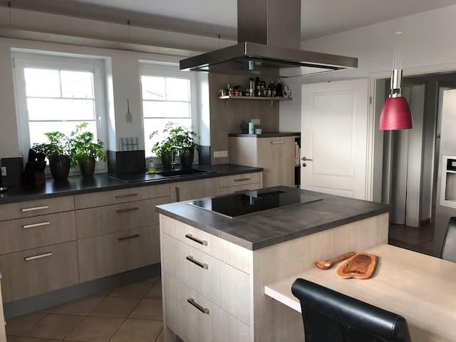 Modernes Zimmer mit Bad, Terrasse und Küche.