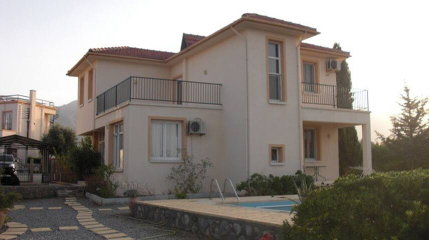 The Villa is a 5-minute walk from the beach - Çatalköy - Villa